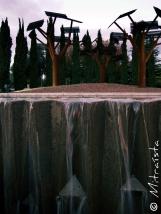 Ni vivo está el bosque, que de acero se oxida y a la tierra retorna en su forma nativa.