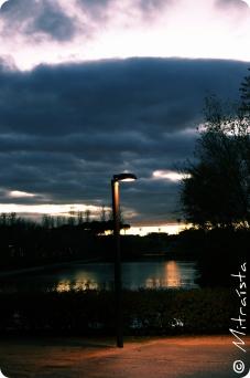 No existe número más solitario que el uno... Una luz que brilla cuando se extiende la sombra. Una luz que se yergue frente a la soledad del mundo. No existe número más solitario que el uno...