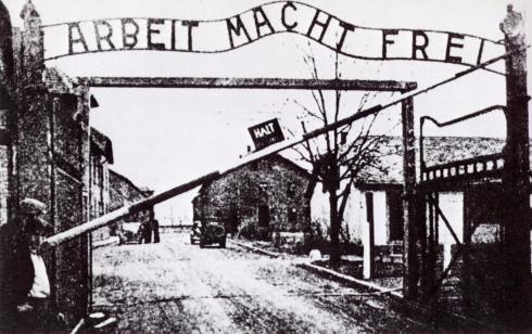 La idea de poner ese eslogan a la entrada del campo fue del propio Hoess